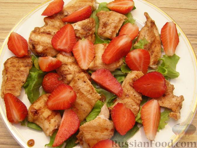 Фото приготовления рецепта: Салат из курицы-гриль с клубникой - шаг №9
