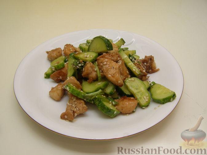 Рецепт Салат из жареной курицы с огурцами и кунжутом