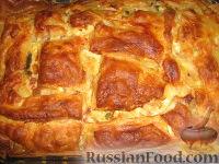 Фото к рецепту: Пирог из слоеного теста с беконом, овощами и сыром
