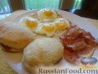 Фото к рецепту: Завтрак - яйца с беконом и булочки (eggs, bacon and biscuits)