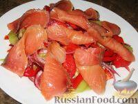 Фото к рецепту: Салат с семгой и киви