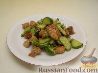 Фото к рецепту: Салат из жареной курицы с огурцами и кунжутом