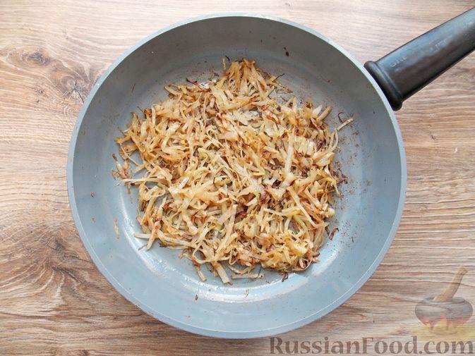 Фото приготовления рецепта: Щи из свежей капусты с обжаренными фрикадельками - шаг №3