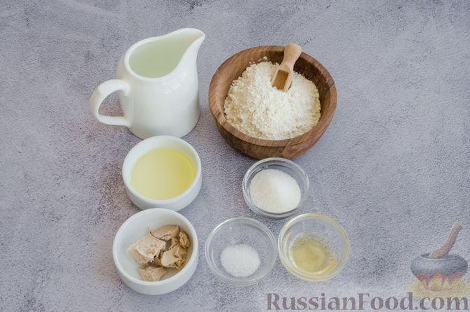 Фото приготовления рецепта: Дрожжевые пирожки с рыбой, варёными яйцами и зелёным луком - шаг №10