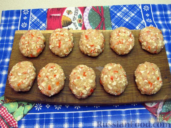 Фото приготовления рецепта: Сосиски в тостовом хлебе (в духовке) - шаг №9