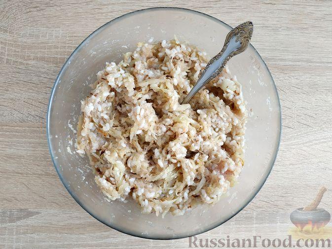 Фото приготовления рецепта: Куриная печень, тушенная с капустой и плавленым сыром - шаг №8
