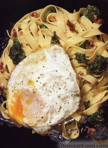 Рецепт Феттуччине с соусом карбонара, жареными яйцами и брокколи