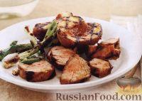Фото к рецепту: Свинина, лук и персики, жаренные на гриле
