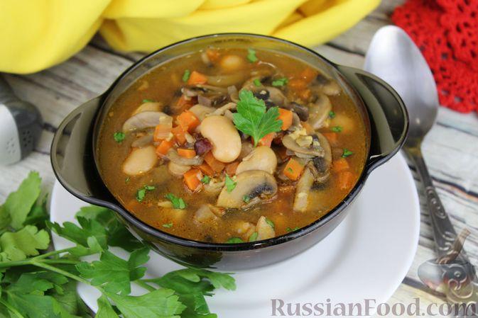 Фото к рецепту: Суп с консервированной фасолью, грибами, беконом и сыром