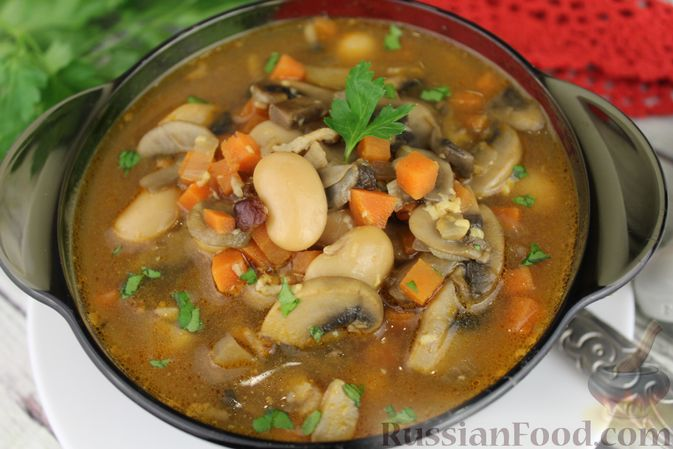 Фото приготовления рецепта: Суп с консервированной фасолью, грибами, беконом и сыром - шаг №14