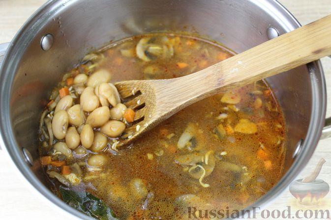 Фото приготовления рецепта: Суп с консервированной фасолью, грибами, беконом и сыром - шаг №13