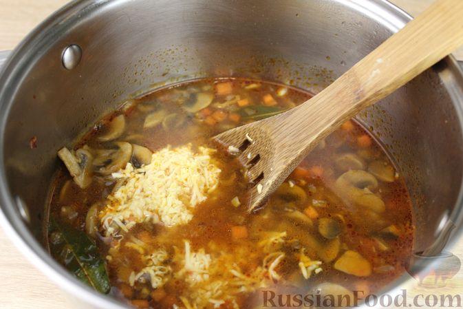 Фото приготовления рецепта: Суп с консервированной фасолью, грибами, беконом и сыром - шаг №12