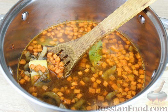 Фото приготовления рецепта: Суп с консервированной фасолью, грибами, беконом и сыром - шаг №11