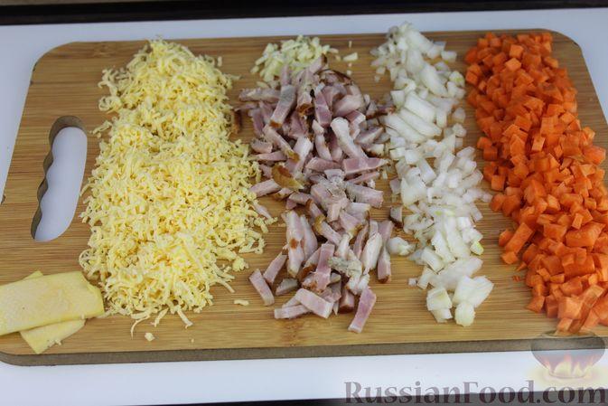 Фото приготовления рецепта: Суп с консервированной фасолью, грибами, беконом и сыром - шаг №2