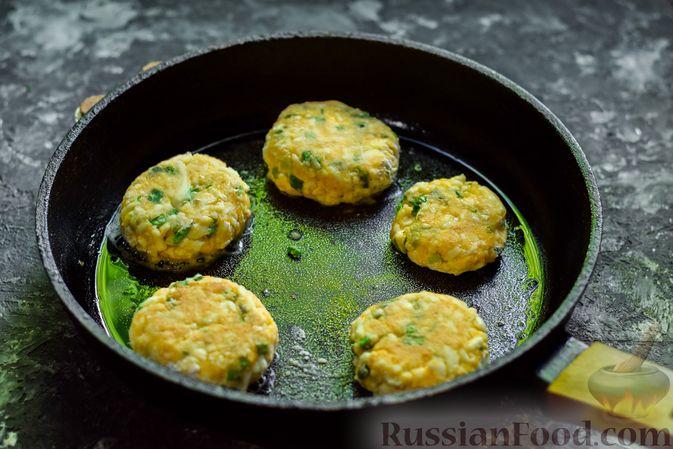 Фото приготовления рецепта: Куриная печень, запечённая с луком и сыром - шаг №10