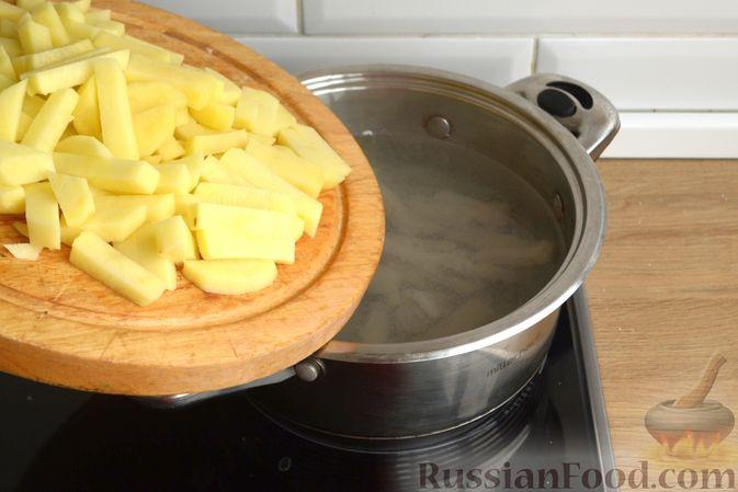Фото приготовления рецепта: Пирог на молоке, с хурмой и штрейзелем - шаг №13
