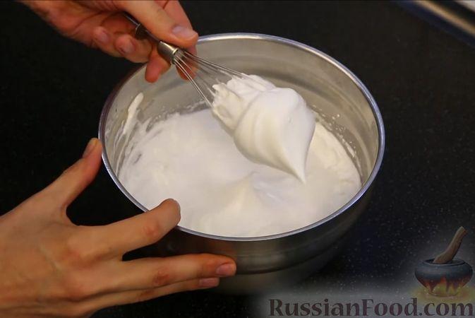 Фото приготовления рецепта: Бисквитный торт с заварным кремом и клубникой - шаг №2