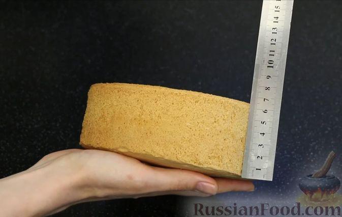 Фото приготовления рецепта: Бисквитный торт с заварным кремом и клубникой - шаг №9