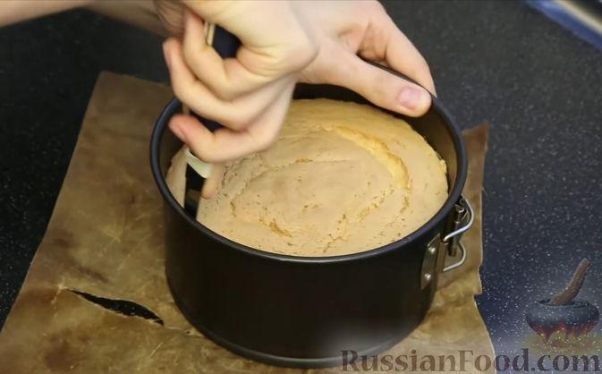 Фото приготовления рецепта: Бисквитный торт с заварным кремом и клубникой - шаг №8