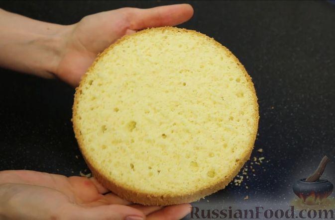 Фото приготовления рецепта: Бисквитный торт с заварным кремом и клубникой - шаг №10