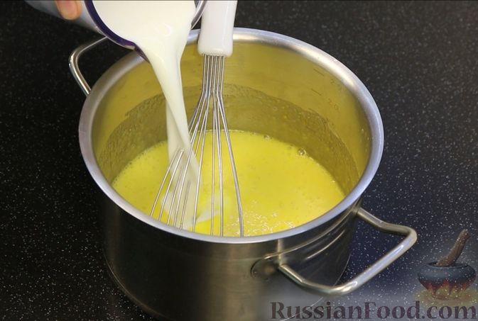 Фото приготовления рецепта: Бисквитный торт с заварным кремом и клубникой - шаг №13