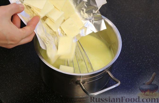Фото приготовления рецепта: Бисквитный торт с заварным кремом и клубникой - шаг №14