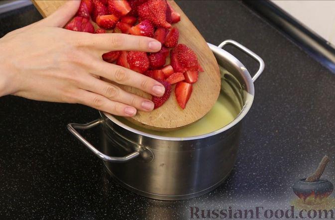 Фото приготовления рецепта: Бисквитный торт с заварным кремом и клубникой - шаг №19
