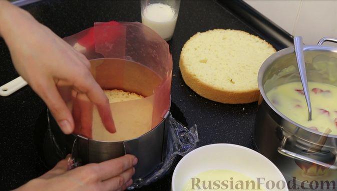 Фото приготовления рецепта: Бисквитный торт с заварным кремом и клубникой - шаг №20