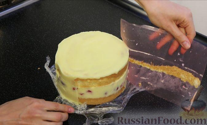Фото приготовления рецепта: Бисквитный торт с заварным кремом и клубникой - шаг №22