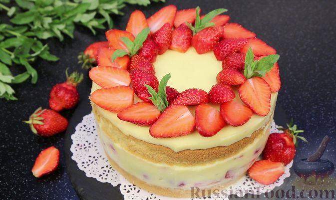 Фото приготовления рецепта: Бисквитный торт с заварным кремом и клубникой - шаг №23