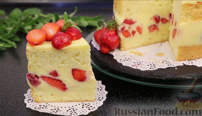 Фото приготовления рецепта: Бисквитный торт с заварным кремом и клубникой - шаг №25