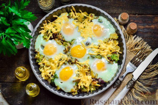 Фото к рецепту: Запечённый картофель с брокколи, яичницей и сыром