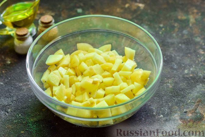 Фото приготовления рецепта: Запечённый картофель с брокколи, яичницей и сыром - шаг №2