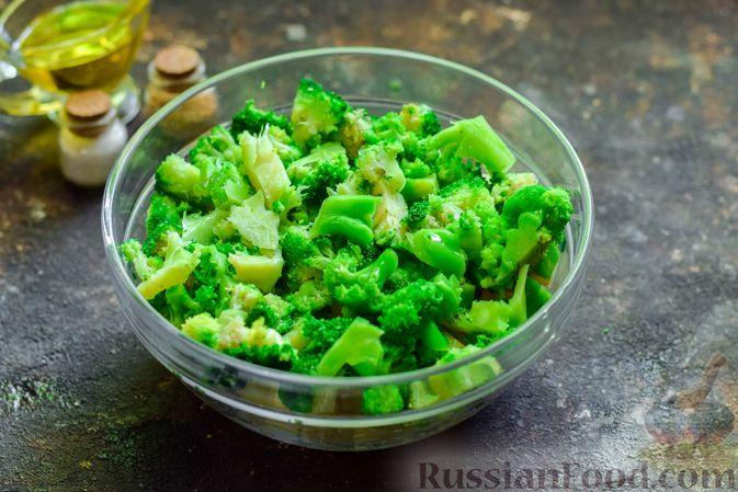 Фото приготовления рецепта: Запечённый картофель с брокколи, яичницей и сыром - шаг №3