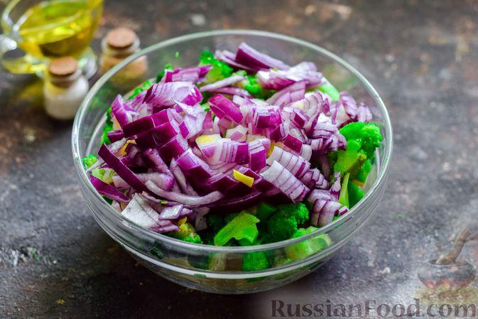 Фото приготовления рецепта: Запечённый картофель с брокколи, яичницей и сыром - шаг №4