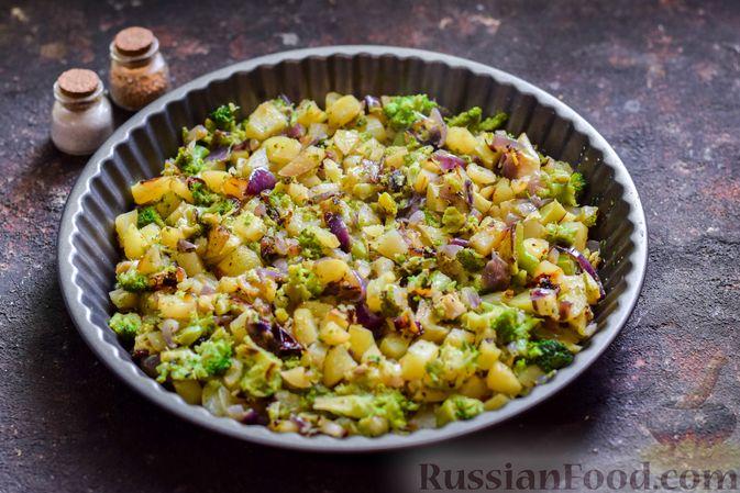 Фото приготовления рецепта: Запечённый картофель с брокколи, яичницей и сыром - шаг №6