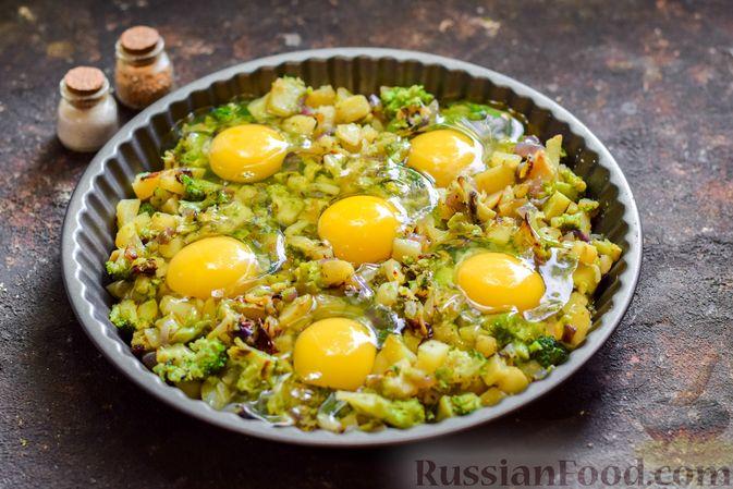 Фото приготовления рецепта: Запечённый картофель с брокколи, яичницей и сыром - шаг №7