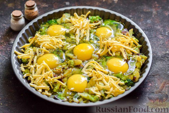 Фото приготовления рецепта: Запечённый картофель с брокколи, яичницей и сыром - шаг №9
