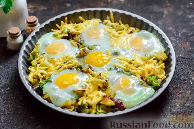 Фото приготовления рецепта: Запечённый картофель с брокколи, яичницей и сыром - шаг №10