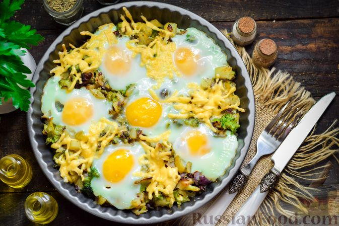 Фото приготовления рецепта: Запечённый картофель с брокколи, яичницей и сыром - шаг №11