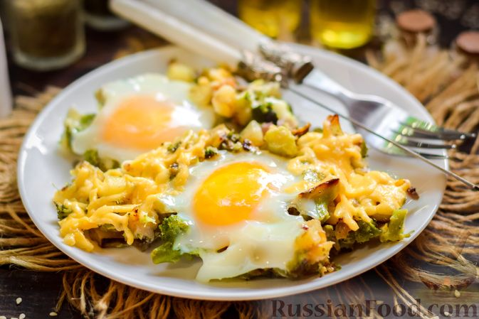 Фото приготовления рецепта: Запечённый картофель с брокколи, яичницей и сыром - шаг №12