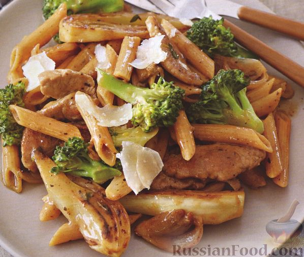 Фото к рецепту: Свинина с макаронами, сушеными грибами, брокколи и корнем фенхеля
