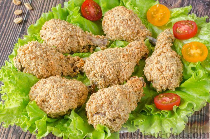 Фото к рецепту: Запечённые куриные голени, панированные в арахисе
