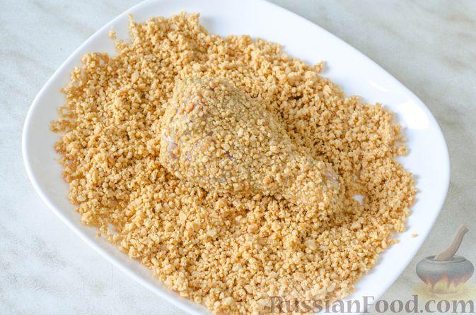 Фото приготовления рецепта: Запечённые куриные голени, панированные в арахисе - шаг №9