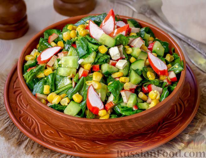 Фото к рецепту: Крабовый салат с кукурузой, огурцом, фетой и шпинатом
