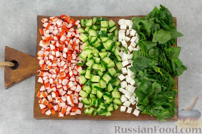 Фото приготовления рецепта: Крабовый салат с кукурузой, огурцом, фетой и шпинатом - шаг №2