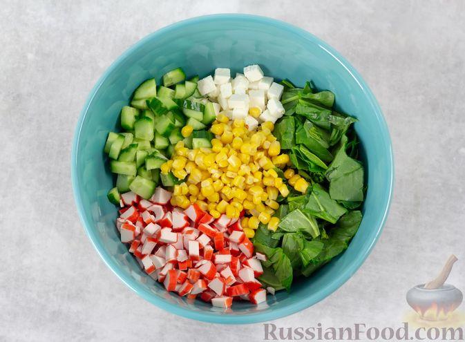 Фото приготовления рецепта: Крабовый салат с кукурузой, огурцом, фетой и шпинатом - шаг №3