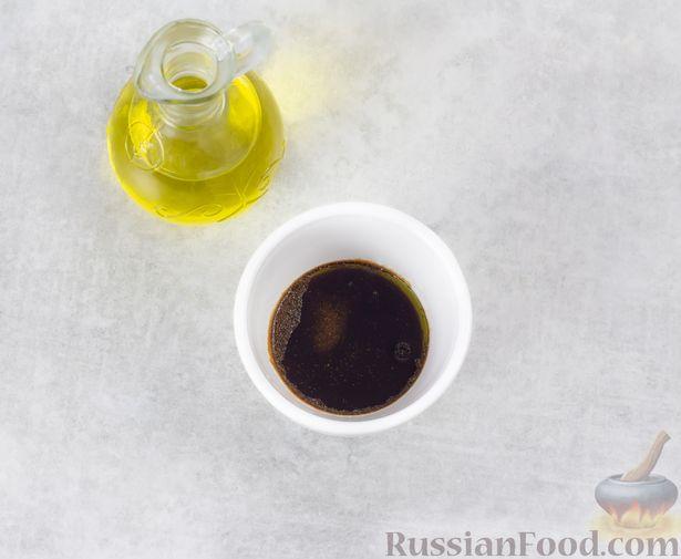 Фото приготовления рецепта: Крабовый салат с кукурузой, огурцом, фетой и шпинатом - шаг №4