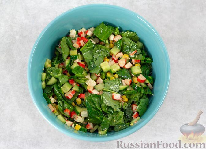 Фото приготовления рецепта: Крабовый салат с кукурузой, огурцом, фетой и шпинатом - шаг №5