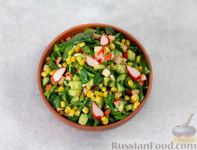 Фото приготовления рецепта: Крабовый салат с кукурузой, огурцом, фетой и шпинатом - шаг №6